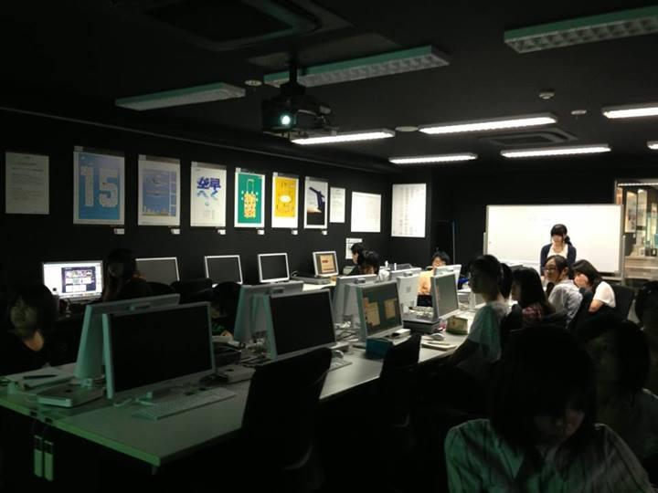 名古屋コミュニケーションアート専門学校でお話ししている様子